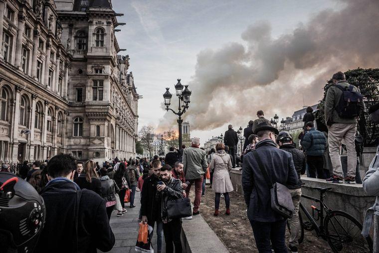 Zahlreiche Menschen kamen, um das Flammen-Inferno zu sehen.