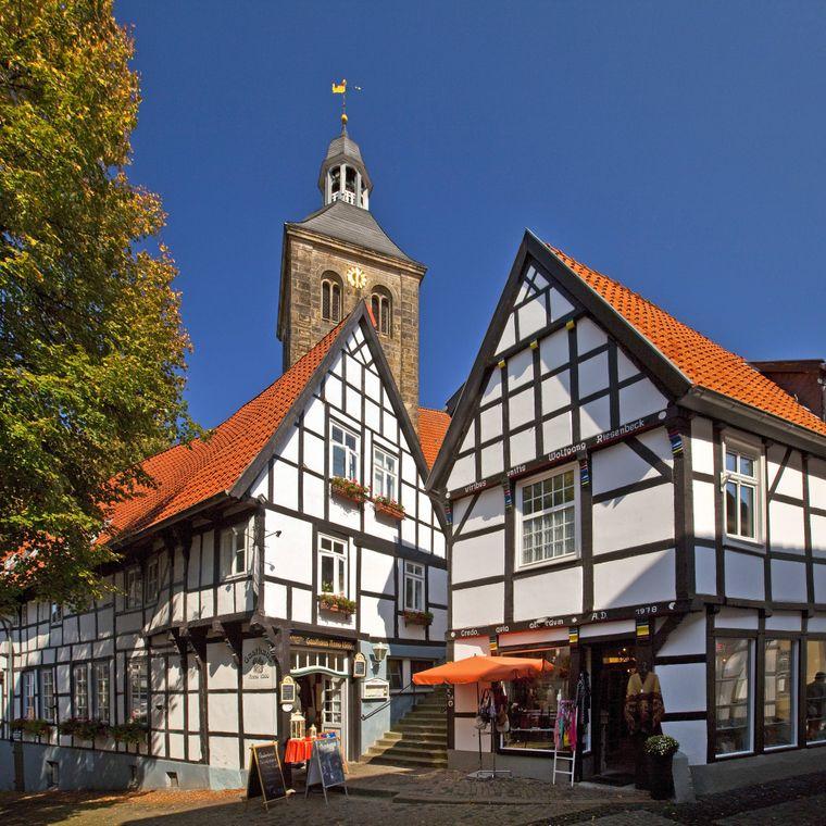 So schön sind die Fachwerkhäuser mit Stadtkirche in der Altstadt von Tecklenburg.