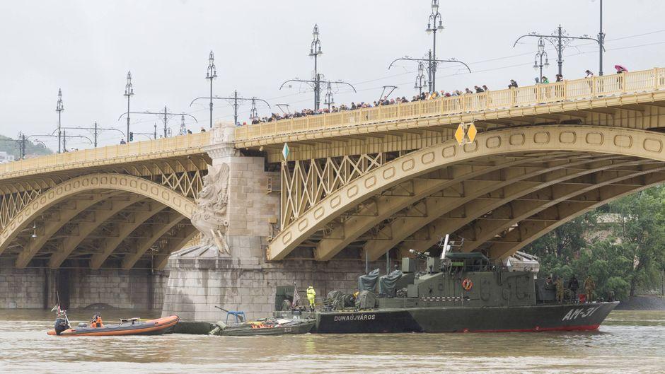 """Das Ausflugsschiff """"Hableany"""" liegt nach dem Crash auf dem Grund der Donau."""