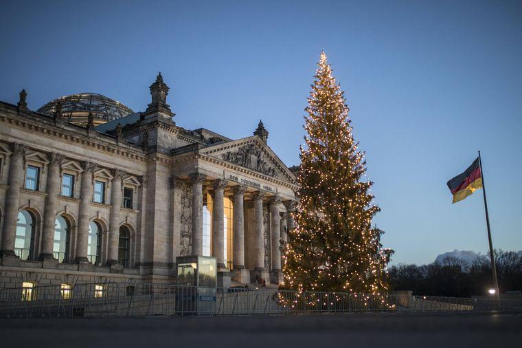 Der Weihnachtsbaum vor dem Reichstag, aufgenommen in Berlin.
