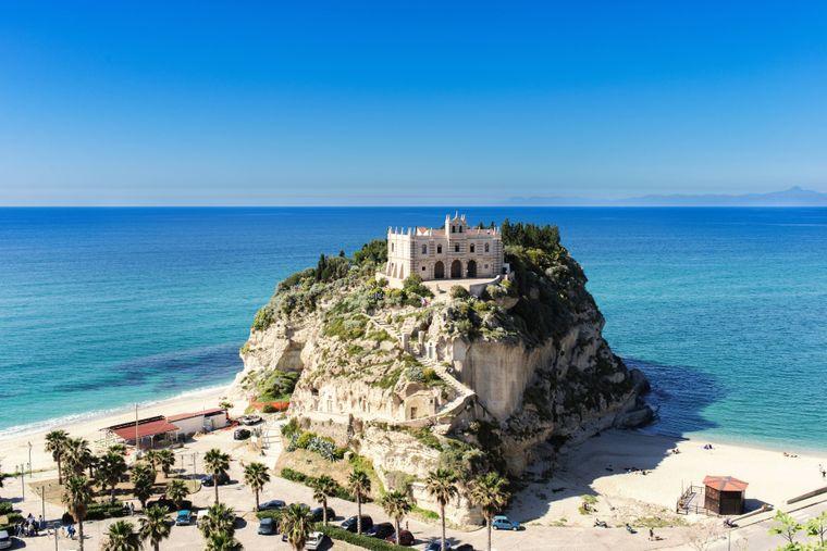 Die Wallfahrtskirche Santa Maria dell Isola liegt auf einem Felsen bei Tropea.