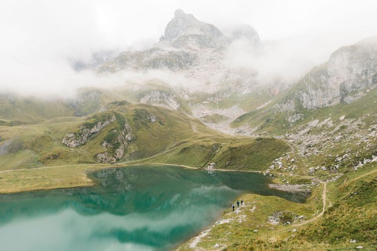 Der Arlberg Trail führt dich unter anderem am Zuerser See vorbei.