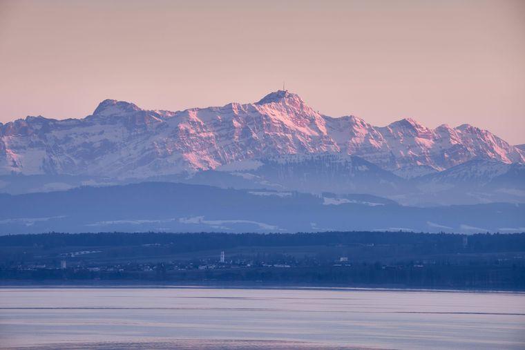 Blick über den Bodensee zu den Appenzeller Alpen. Der See in Baden-Württemberg gehört zu den beliebtesten in Deutschland.