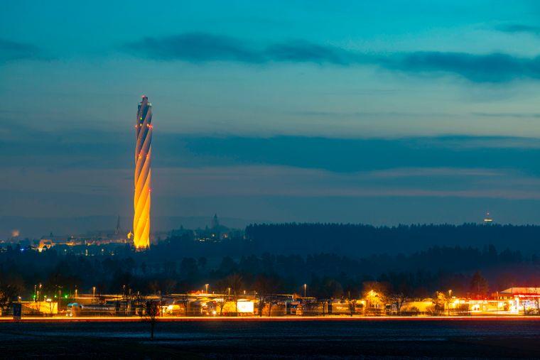 Mit seinen 246 Metern beherbergt der Thyssenkrupp-Testturm Deutschlands höchste Aussichtsplattform. Dahinter Rottweil mit seinen historischen Türmen und Kirchtürmen.