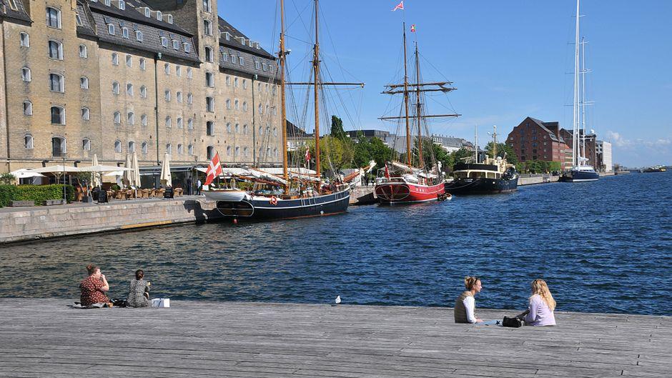 Kopenhagens Hafen – bald dürfen hier auch wieder Urlauber aus Deutschland sitzen.