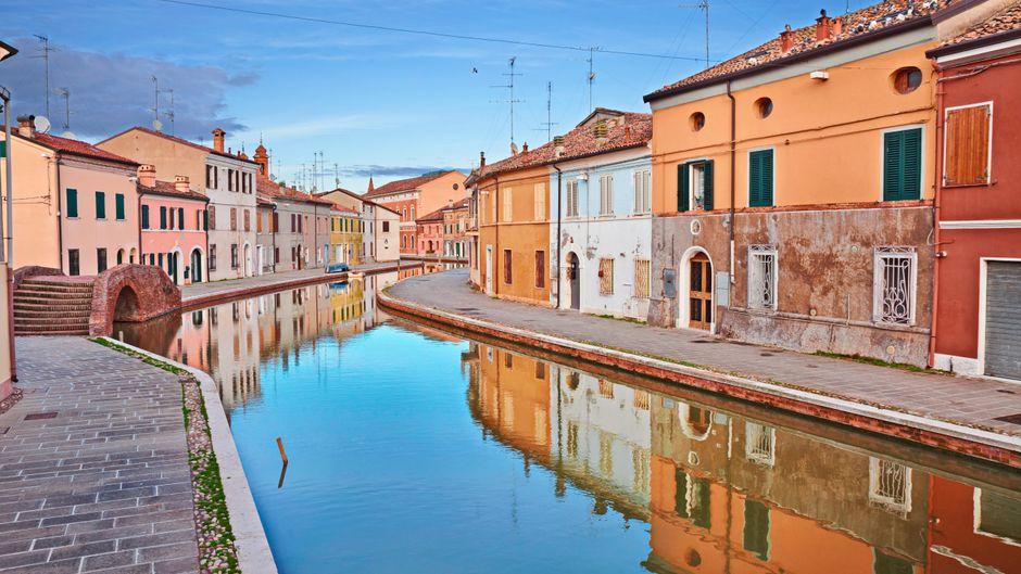 Bunte Häuser, Kanäle: Sind wir hier in Venedig? Nein, das ist Comacchio an der italienischen Adria-Küste.