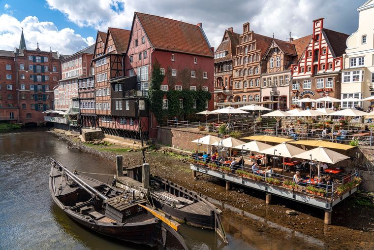 Die urige Altstadt von Lüneburg am Fluss Ilmenau mit dem historischen Hafenviertel.