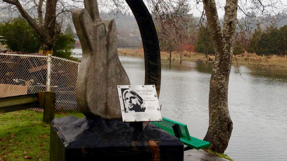 Am Wishkah-River steht ein Gedenkstein für Kurt Cobain, dazu eine Skulptur in Form einer Gitarre.