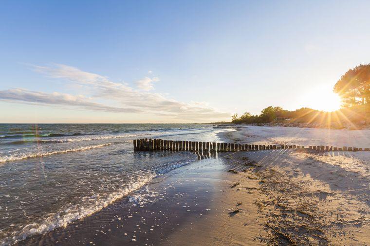 Sonnenuntergang am Strand auf der dänischen Insel Møn