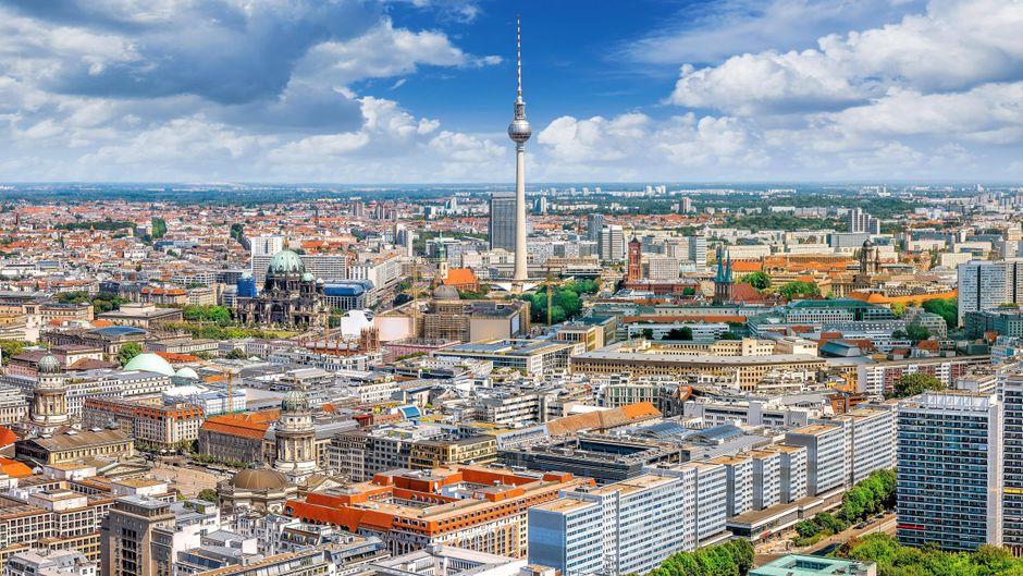 Berlin von oben ist total spannend. Die höchste Aussichtsplattform befindet sich im Fernsehturm am Alexanderplatz.