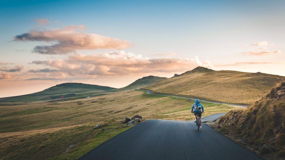 Ein Fahrradfahrer ist unterwegs in Rumänien
