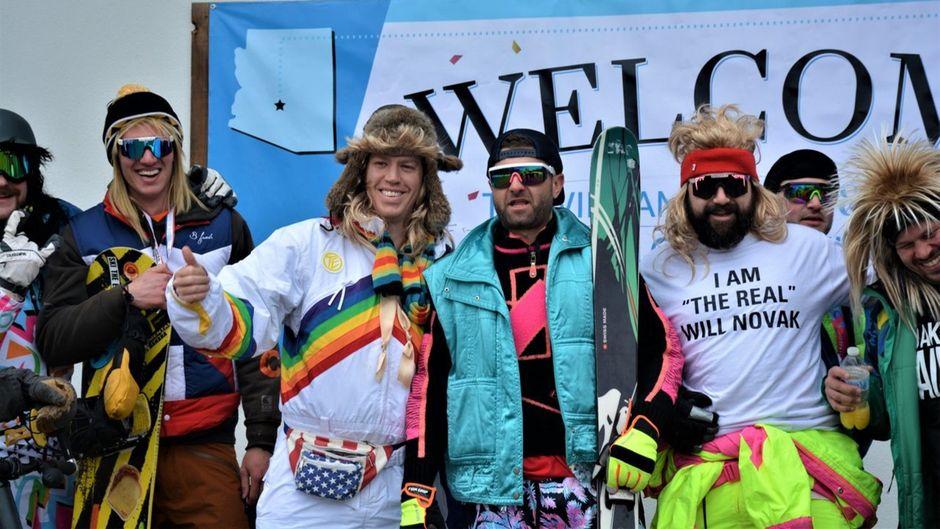Will (im Regenbogenanzug) und der Rest des Junggesellenabschieds sind im Skigebiet Okemo Mountain in Vermont angekommen.