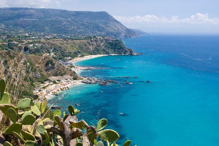 Der Strand Capo Vaticano in Italien ist in traumhafte Felsen eingebettet.