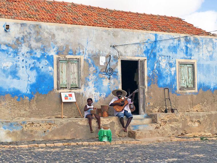 Ein Gitarrenspieler auf der Straße der Kapverden