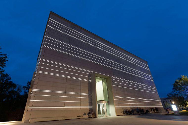 Nachtaufnahme des Bauhaus-Museums in Weimar.
