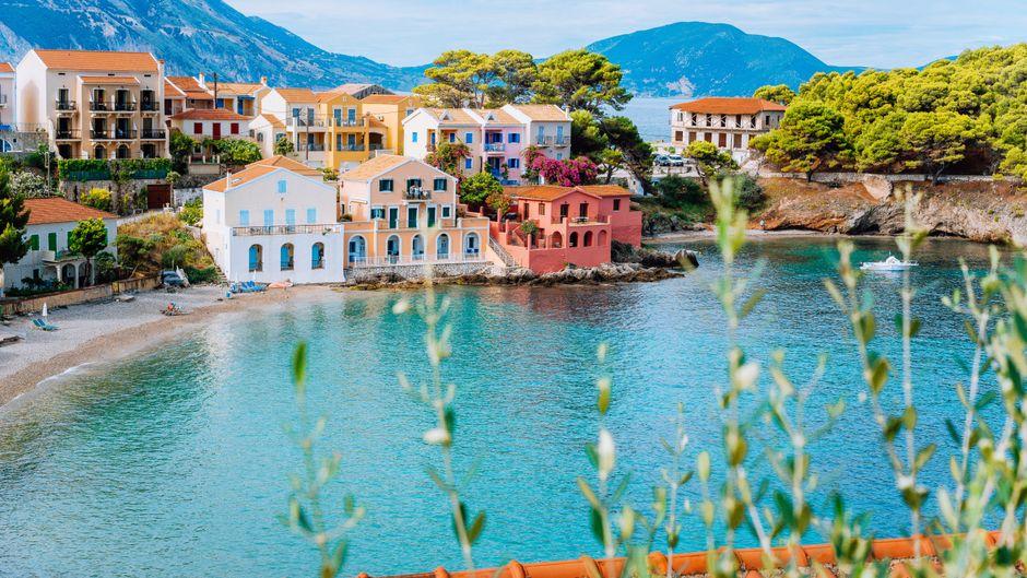 Das Fischerdorf Assos auf der griechischen Insel Kefalonia punktet unter anderem mit einer romantischen Bucht.