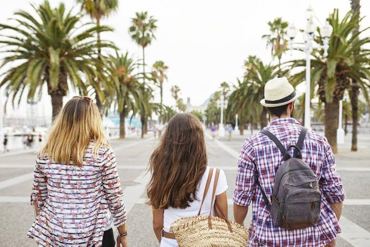 Unter Palmen kannst du an der Promenade von Barcelona auf- und abschlendern.