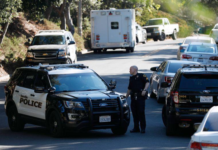 Am Tag nach der verheerenden Party sind noch immer Polizisten vor dem Haus in Orinda, Kalifornien, im Einsatz.