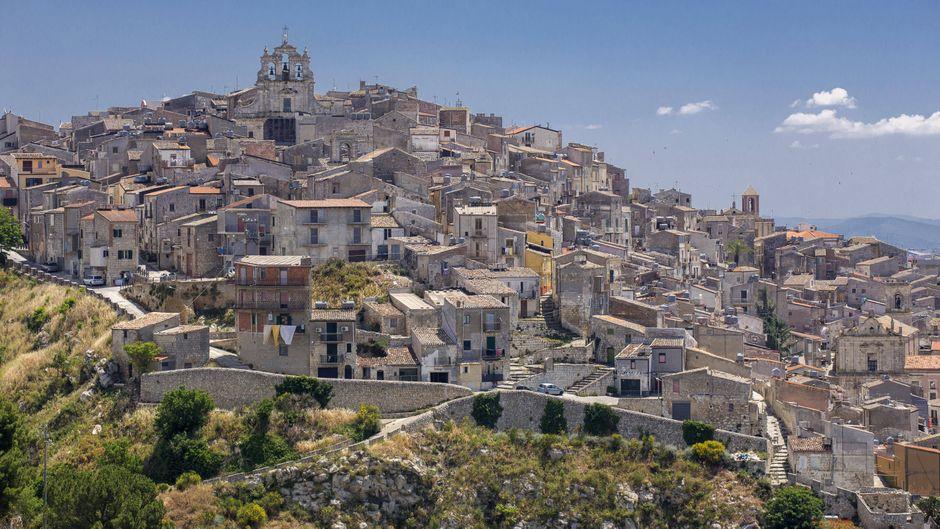 Die Altstadt von Mussomeli auf Sizilien, Italien.
