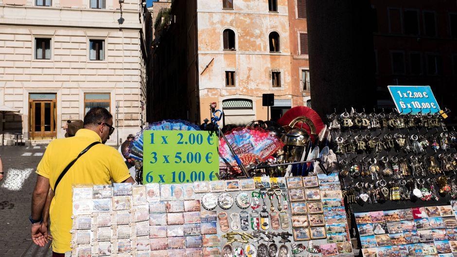 An einem Stand auf der Piazza della Rotonda werden Souvenirs verkauft.