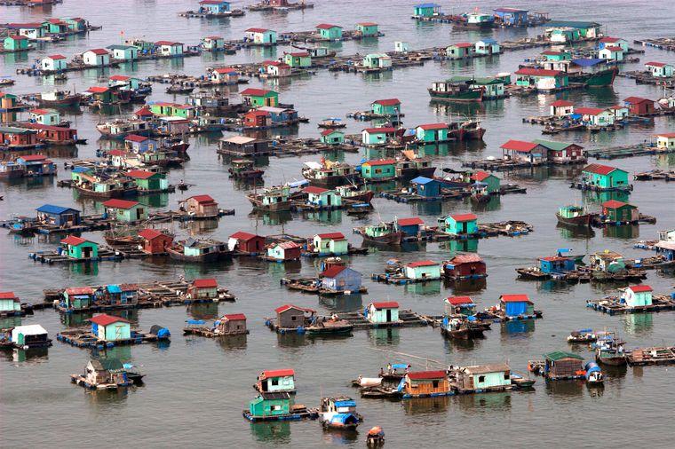 Schwimmende Märkte sind ein Markenzeichen von Vietnam. Das südostasiatische Land ist außerdem bekannt für seine Strände, buddhistische Pagoden und hektische Städte. Allen voran: die Hauptstadt Hanoi.