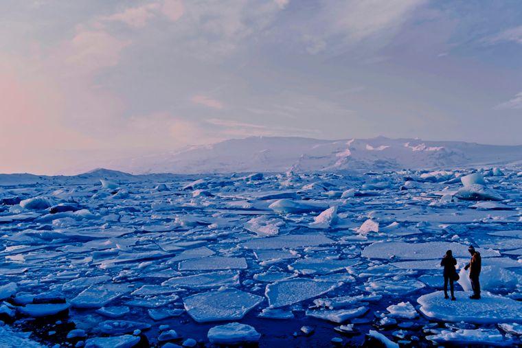 Eisschollen und -berge auf der Gletscherflusslagune in Island.