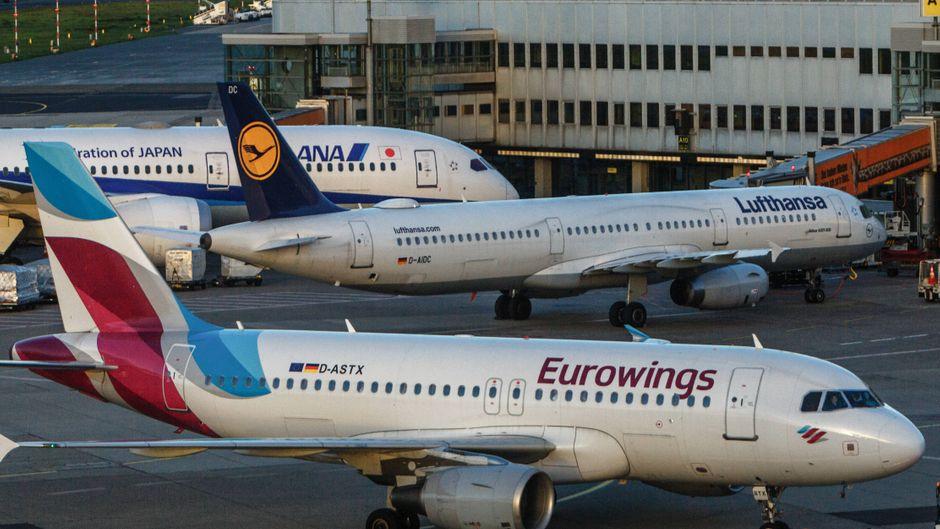 Flugzeuge von Eurowings und Lufthansa am Flughafen.