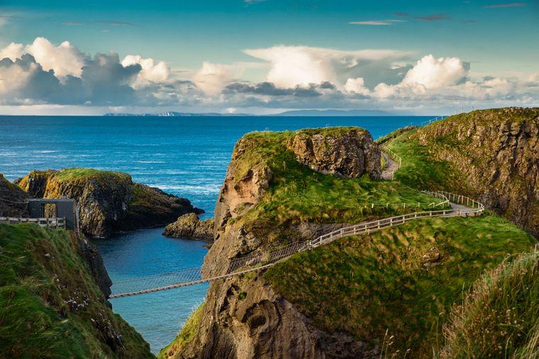 Die Carrick-a-Rede-Brücke ist beliebt bei Touristinnen und Touristen.