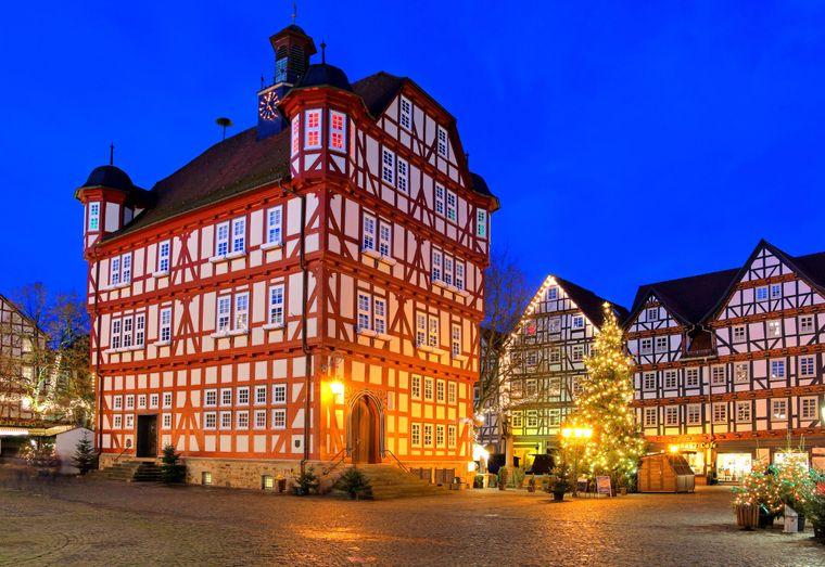 Rathausplatz mit Fachwerkhäusern und Rathaus im hessischen Melsungen.