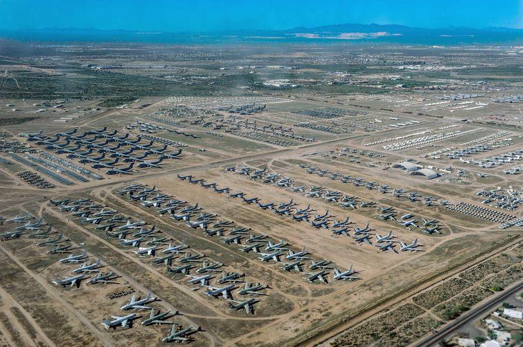 In Tucson stehen etwa 4000 ausrangierte Flugzeugen auf einem Friedhof, dem Boneyard.