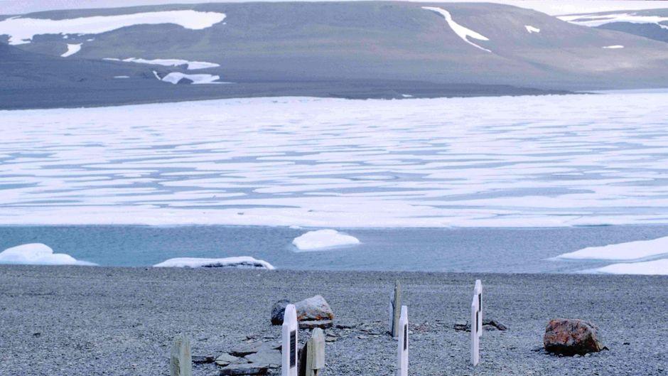 Die Polarforscher-Gräber auf Beechey Island in der Lancaster Strait.