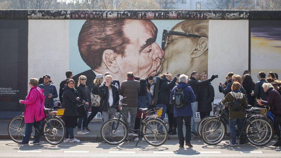 Ein Must-see für Touristen in Berlin: Die Malerei Bruderkuss an der East Side Gallery.