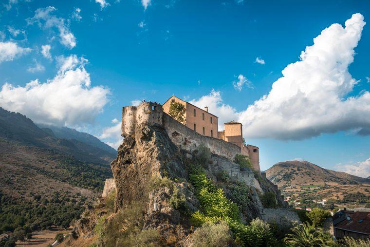 Blick auf die Zitadelle von Corte mit der Bastion Adlernest auf Korsika.