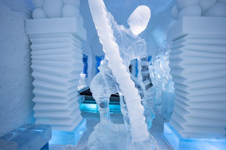 """Diese kuriose Skulptur finden Besucher in der Art-Suite """"Hang Loose"""" im Icehotel."""