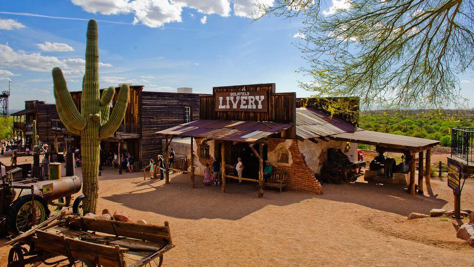 Im US-Bundesstaat Arizona gibt es einige sehenswerte Ghost Towns. Goldfield gehört zu den verlassenen Orten, deren Besuch sich besonders lohnt.