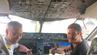 James Asquith (rechts) im Cockpit mit einem Piloten bei Royal Brunei Air.
