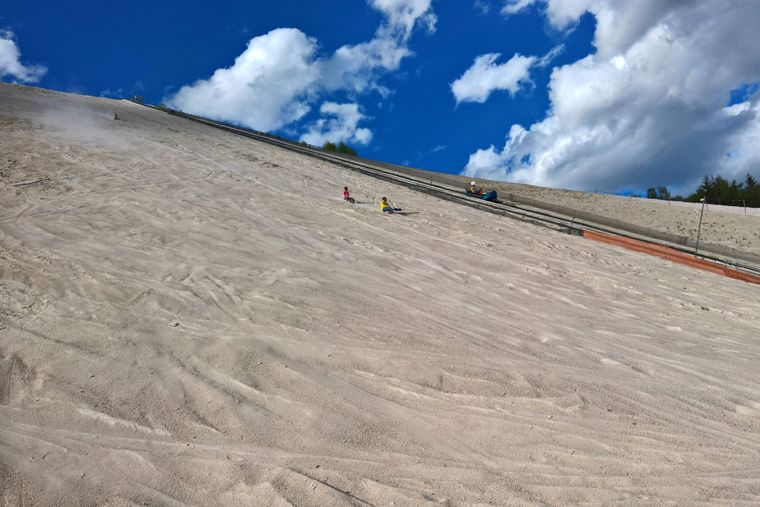 Auf dem Salzgletscher Monte Kaolino in Bayern kannst du auch im Sommer Schlitten fahren.