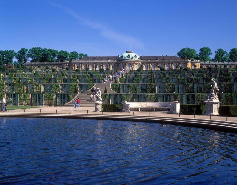 Am Brunnen vor den Weinbergterrassen des Schlosses Sanssouci in Potsdam.
