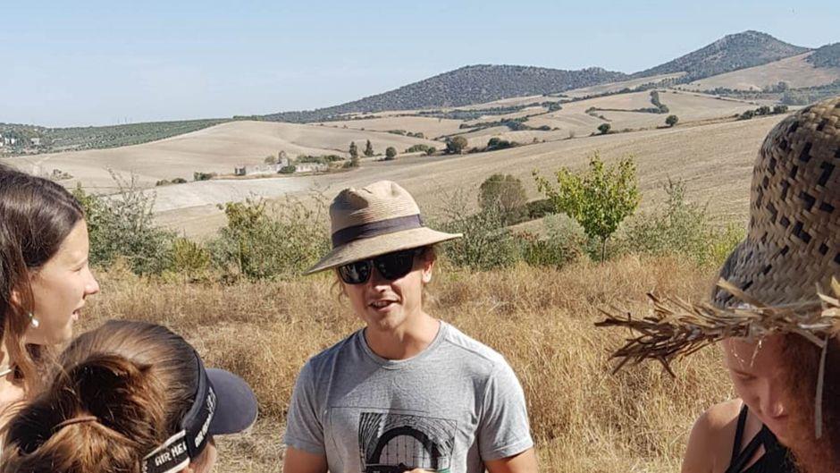 Jacob Evans teilt sein Wissen mit den Freiwilligen auf der Farm.