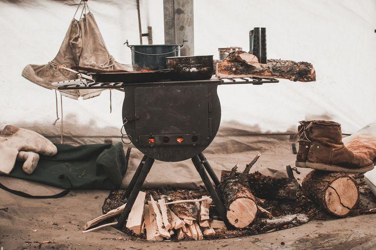 Nudeln mit Elchsteak werden auf diesem Ofen zubereitet.
