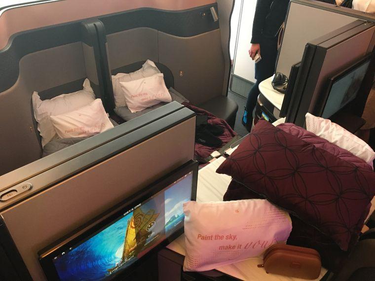 Die Q-Suites von Qatar lassen sich zu einem Viererzimmer umbauen oder zu einzelnen Kabinen mit Bett und Fernseher.