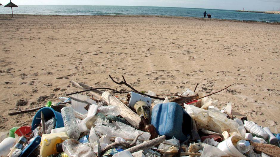 Müll am Strand vom Ballermann auf Mallorca.