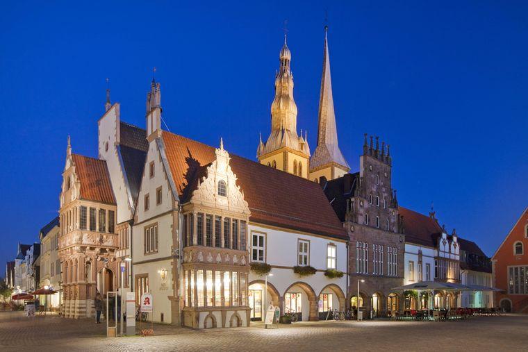 Marktplatz in Lemgo mit dem Rathaus in der Dämmerung.