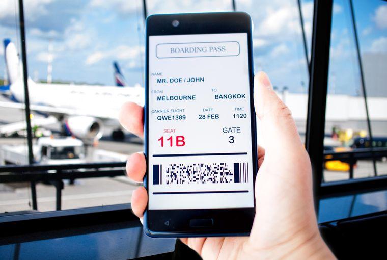 Boarding Pass auf einem Handy am Flughafen.