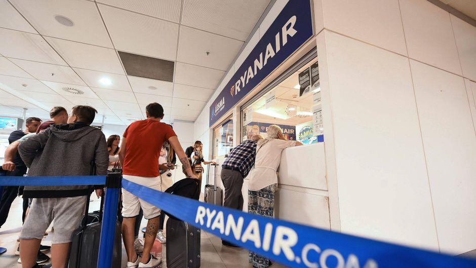 Für viele Ryanair-Passagiere heißt es: warten. Denn in vier Ländern streiken die Flugbegleiter der irischen Billig-Airline.