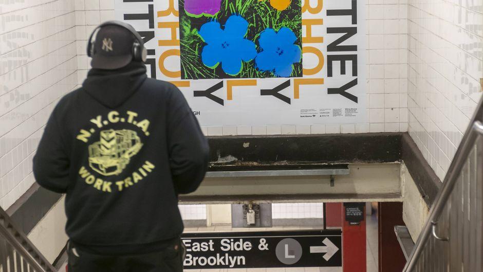 In einer New Yorker U-Bahn-Station wird für die Warhol-Ausstellung im Whitney Museum geworben.