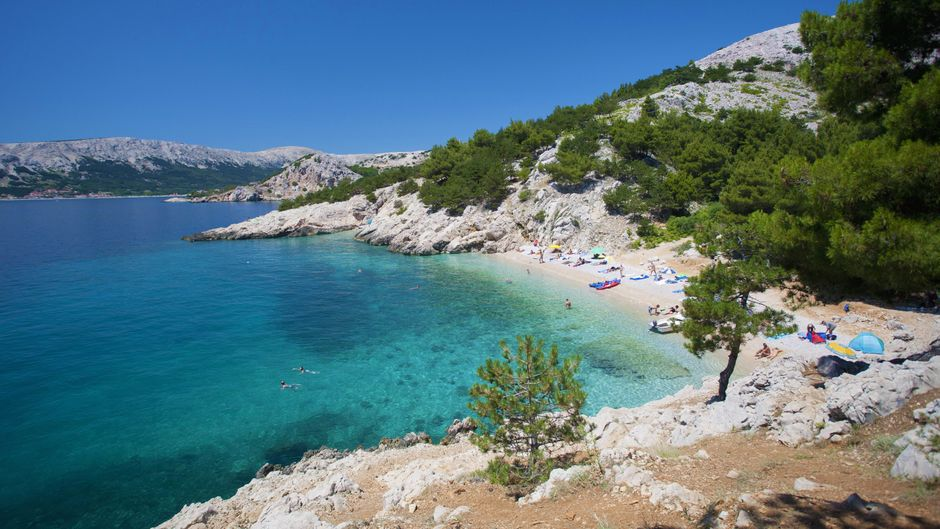 Blick auf den Strand von Krk in Kroatien