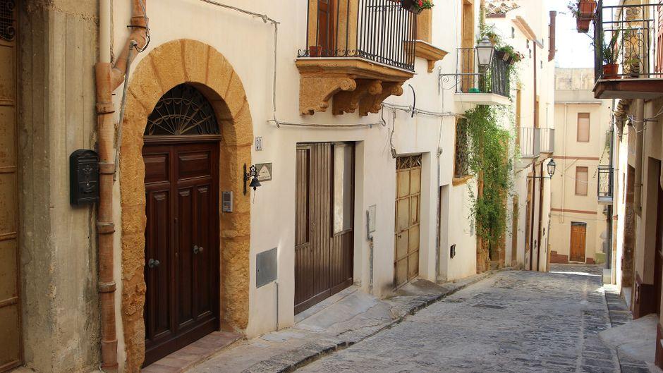 Gasse im Dorf Sambuca auf Sizilien.