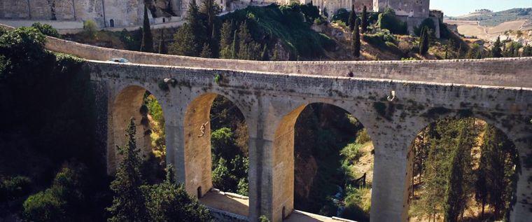 Das Aquädukt von Gravina ist Schauplatz einer dramatischen Szene aus dem neuen Bond-Film.
