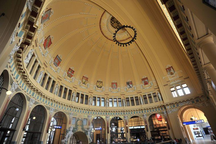 Deckenornamente in einer Kuppel im historischen Teil des Prager Bahnhofs.
